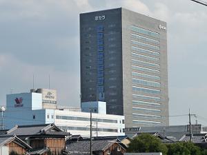 城南宮の南の方向に京セラの本社ビルが見えるので、目印にすると便利。