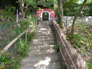 羅漢参道の石段の上にある竜宮門。これが本当の参道の入り口。
