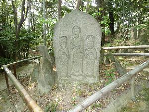こちらは一つの石に三体の仏が彫られています。