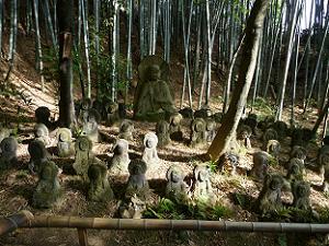 賽の河原と書かれた石仏群。羅漢参道の中で一番石仏が密集しています。