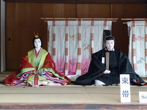 十二単と束帯を着た人形