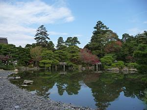 青い空と池と紅葉が調和した御池庭