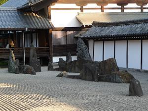 南庭の巨石