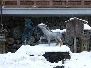 絵馬発祥の社と書かれた立札と馬の像