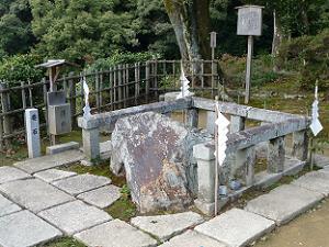 境内の西側におかれた要石