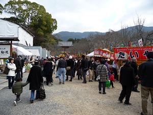 参拝者とお店で賑わう醍醐寺境内