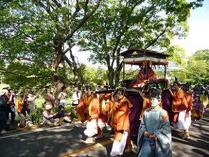 賀茂川沿いを練り歩く葵祭の行列