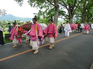 桃色の装束を着た貴族の列