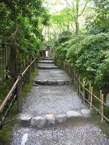 入口へ向かう石段