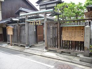 尚徳諏訪神社の入り口