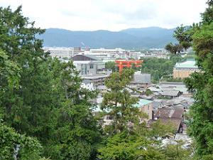 境内から平安神宮の大鳥居を眺める