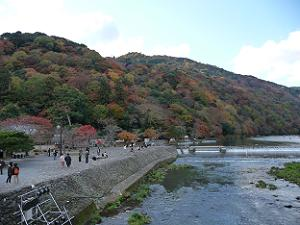 渡月橋から見た嵐山の紅葉