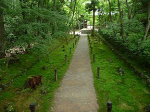 庭園入り口から地蔵堂へと続く細長い道