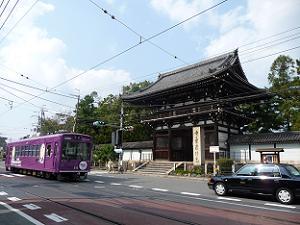 南大門の前を通過する京福電車
