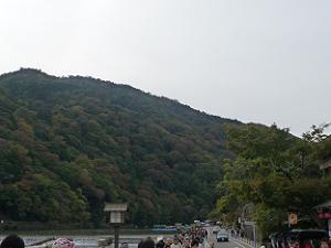 渡月橋の北から見た嵐山