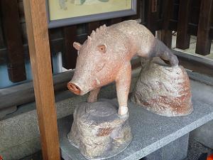 狛猪の近くの猪