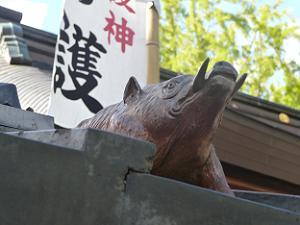 屋根瓦の猪