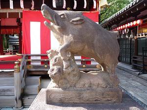 拝殿前の駒猪