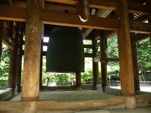 横から見た大梵鐘