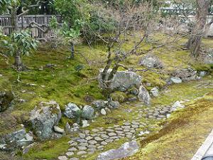 龍の鱗のような石