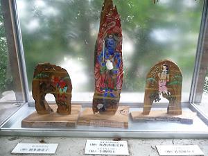 制多迦童子(左)と弥都波能売神(中)と矜羯羅童子(右)
