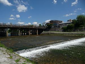 鴨川の流れと三条大橋