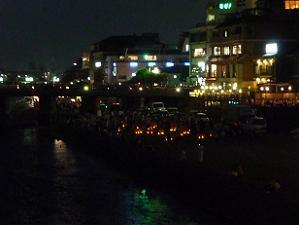 すっかり夜になった鴨川