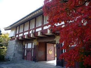 門の近くの紅葉