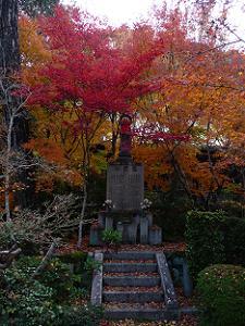 仏像近くの紅葉
