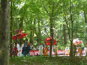 赤い傘の列