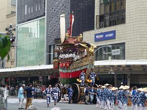 ゆっくりと交差点に近づく船鉾