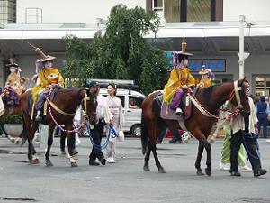 信号を待つ騎馬