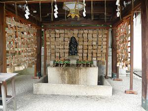 岡崎神社の子授けウサギ像と絵馬