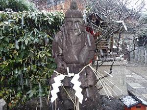吹雪にさらされる恵美須さま