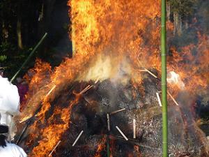 火に投げ入れられる木の札