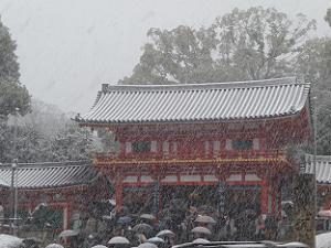 屋根に雪が積もる西楼門