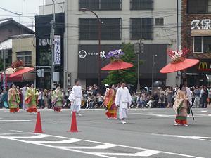 女性の傘の列