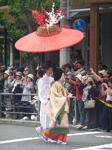 傘をさした婦人