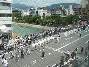 四条大橋を通過する花傘巡行