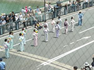 浴衣姿の婦人の列