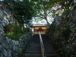 石段上の本堂
