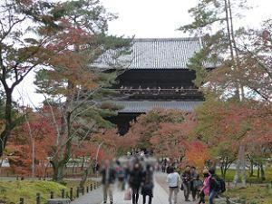 三門の北側の紅葉
