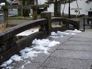 石橋に残る雪