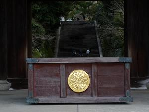 葵の御門が入った賽銭箱