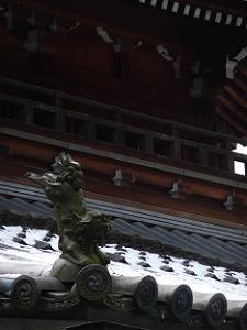 宝仏殿の屋根に積もる雪