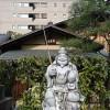 恵美須神社の二の鳥居に賽銭を投げ入れる