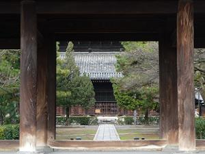 三門の柱の間から見る法堂