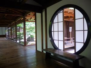 廊下の円窓