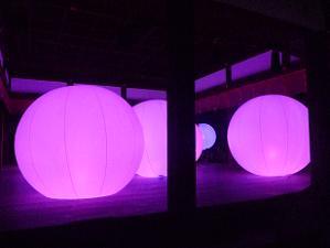 舞殿の中の球体