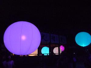 様々な色に輝く球体